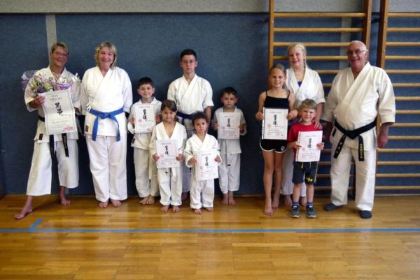 Roswitha Bündgens meistert ihre letzte Karate-Prüfung